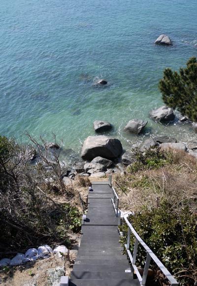 志摩船越の別荘の部屋 敷地内の海へと降りてゆく屋外階段