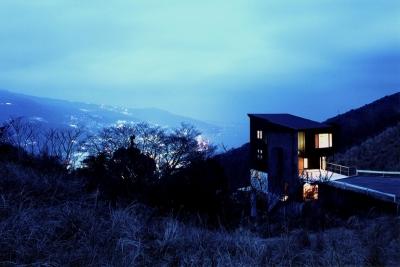 熱海の絶景の夜景を見下ろす事ができるロケーション (熱海桜沢別荘地のの共鳴BOX)