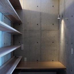 作業用のカウンターに自然光を取り入れるハイサイドライト (志摩船越の別荘)