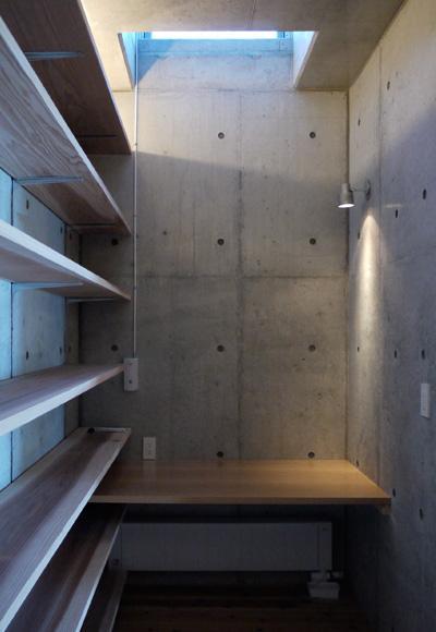 志摩船越の別荘の部屋 作業用のカウンターに自然光を取り入れるハイサイドライト