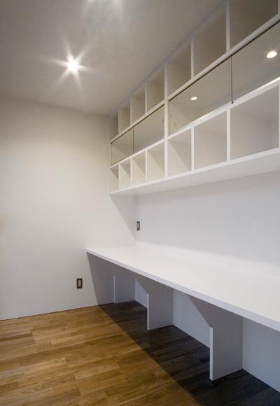 つくりつけの作業用カウンターと収納 (出雲の家)