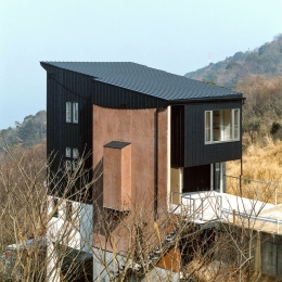 熱海桜沢別荘地のの共鳴BOX (崖地に建つ家)