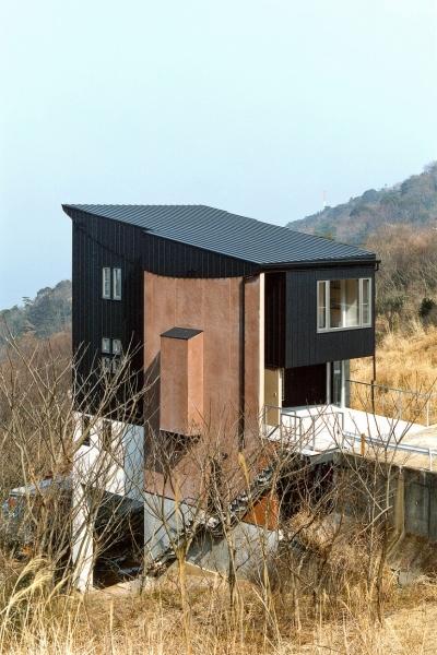 崖地に建つ家 (熱海桜沢別荘地のの共鳴BOX)