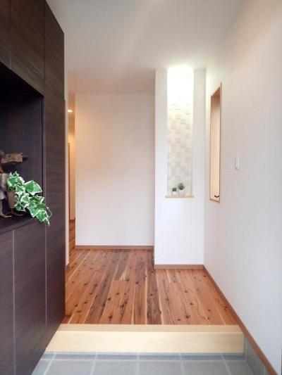 玄関ホール (外断熱と無垢床で一年中快適に過ごす家)