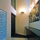 ピカソのゲルニカ(レプリカ)が飾られる玄関