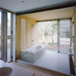 水府の住宅 (白タイルのバスルーム)