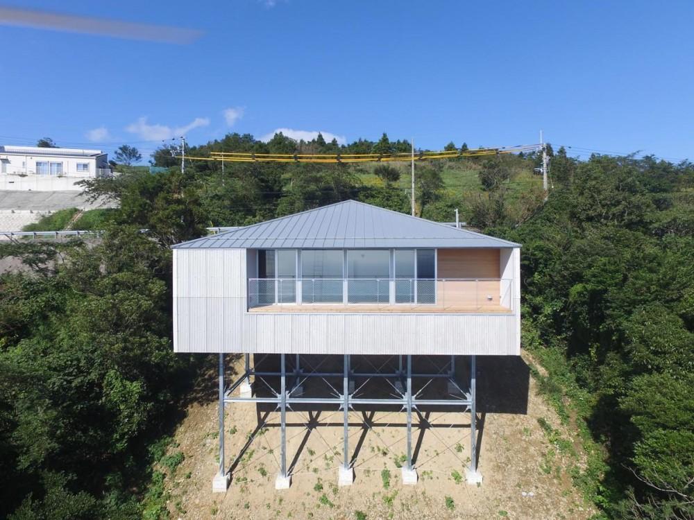 宇和海ウエアハウス 車椅子対応の海を望むインダストリアルな家 (外観)