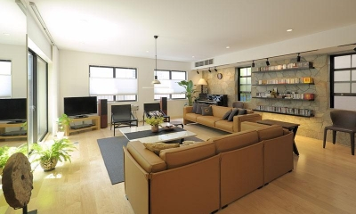 築21年の中古住宅をフルリノベーション (約26畳のリビングルーム)