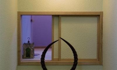 アンティークと和のスタイルが鮮やかに溶け合う住まい (階段の小窓)