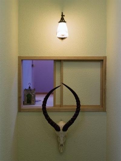 階段の小窓 (アンティークと和のスタイルが鮮やかに溶け合う住まい)