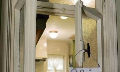 アンティークと和のスタイルが鮮やかに溶け合う住まい (玄関の小窓)