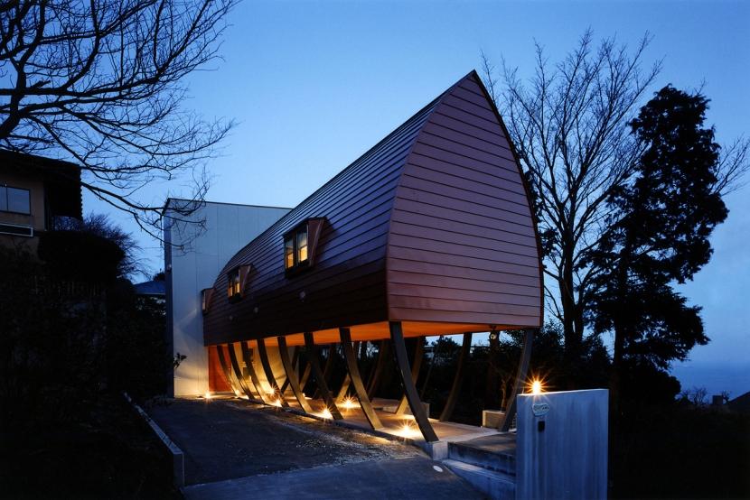 西熱海の陶芸工房のある家の部屋 ゆるい傾斜地に建てられた逆さ舟型のフォルムの家
