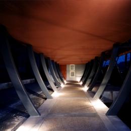 西熱海の陶芸工房のある家 (スチールの柱で持ち上げられたスペースを歩いて玄関に)