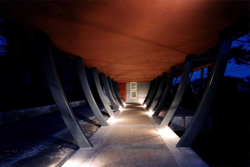 西熱海の陶芸工房のある家の部屋 スチールの柱で持ち上げられたスペースを歩いて玄関に