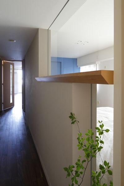 廊下 (光と風がめぐり、無垢の床が心地好い住まい)