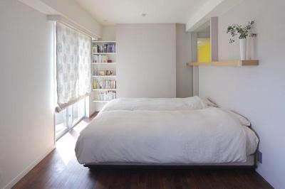 主寝室 (光と風がめぐり、無垢の床が心地好い住まい)