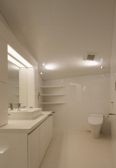 白で統一したトイレ・洗面台 (にこいち-はうす~アトリエのある家~)