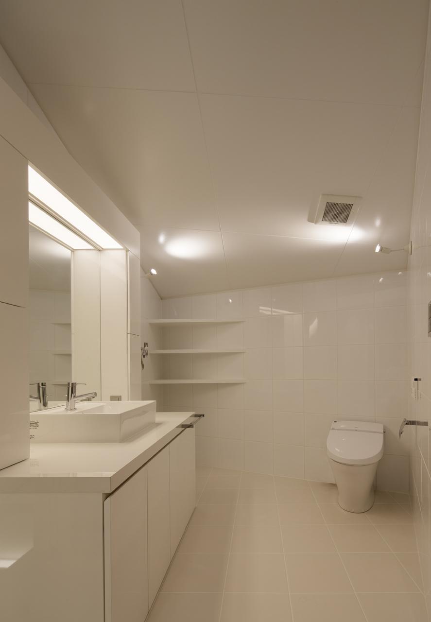にこいち-はうす~アトリエのある家~の写真 白で統一したトイレ・洗面台