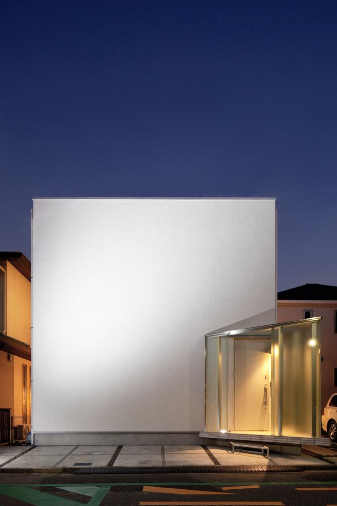EXAMPLE-HOUSEの写真 キューブ型の白い外観