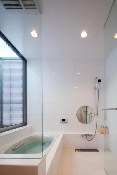 EXAMPLE-HOUSE (光が差し込むバスルーム)