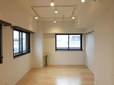 配線ダクトの照明の部屋 (子育てサポートに、両親がときどき泊りに来る部屋)