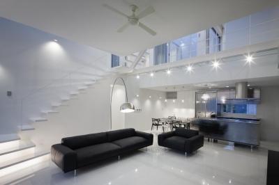 6COURT-HOUSE (1.5層の吹き抜けリビング空間-ライトアップ)