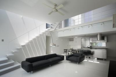 6COURT-HOUSE (1.5層の吹き抜けリビング空間)
