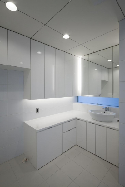 シンプルな洗面室 (6COURT-HOUSE)