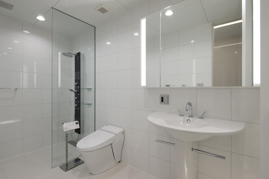 HACHIMAN-COMPLEXの写真 清潔感のあるシャワールーム、トイレ、洗面台