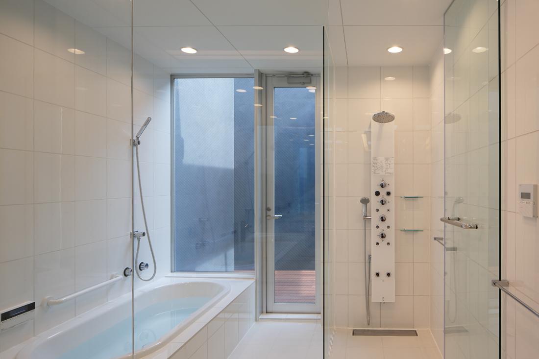 HACHIMAN-COMPLEXの写真 ウッドデッキテラスと一体感のあるバスルーム