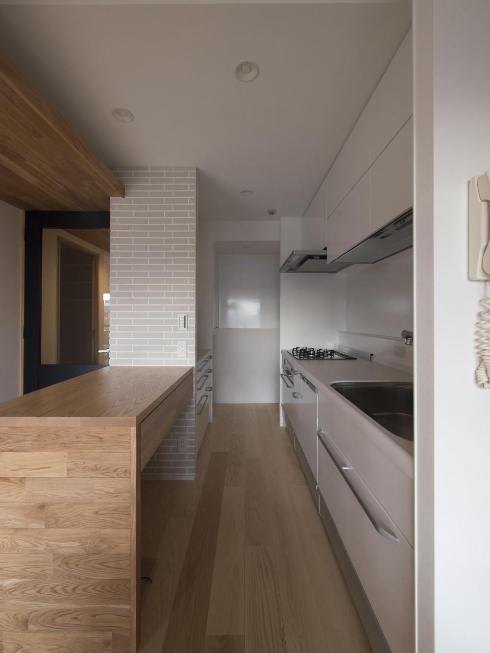プレシニアの悠々くらし (作業台カウンターを設えたシンプル動線のキッチン)
