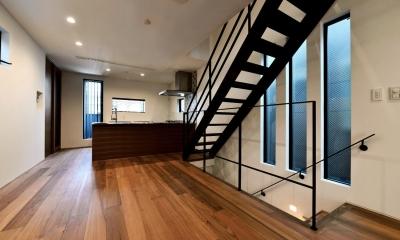 世田谷区N様邸 輸入タイルや3種類の床材など素材を楽しむ家 (階段とLDK)