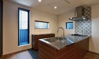 世田谷区N様邸 輸入タイルや3種類の床材など素材を楽しむ家 (輸入タイルのアクセントのあるキッチン)