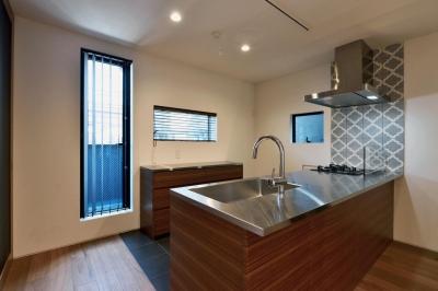 輸入タイルのアクセントのあるキッチン (世田谷区N様邸 輸入タイルや3種類の床材など素材を楽しむ家)
