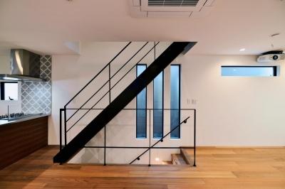 世田谷区N様邸 輸入タイルや3種類の床材など素材を楽しむ家 (アイアンの階段)