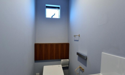 世田谷区N様邸 輸入タイルや3種類の床材など素材を楽しむ家 (3F:輸入タイルのトイレ)