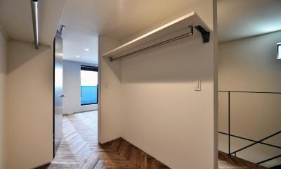 世田谷区N様邸 輸入タイルや3種類の床材など素材を楽しむ家 (3F:子ども部屋とつながるウォークインクローゼット)