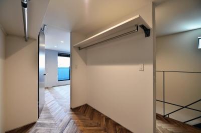 3F:子ども部屋とつながるウォークインクローゼット (世田谷区N様邸 輸入タイルや3種類の床材など素材を楽しむ家)