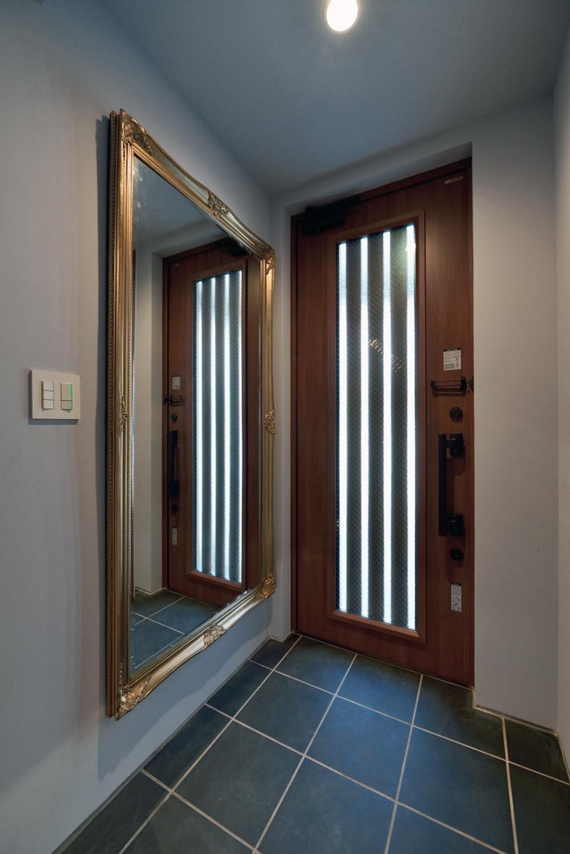 世田谷区N様邸 輸入タイルや3種類の床材など素材を楽しむ家 (アンティーク鏡のある玄関)