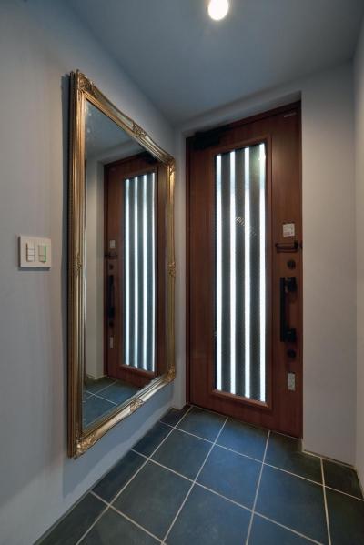 アンティーク鏡のある玄関 (世田谷区N様邸 輸入タイルや3種類の床材など素材を楽しむ家)