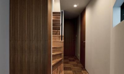 世田谷区N様邸 輸入タイルや3種類の床材など素材を楽しむ家 (玄関:間接照明とフロート収納)