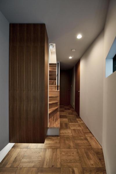玄関:間接照明とフロート収納 (世田谷区N様邸 輸入タイルや3種類の床材など素材を楽しむ家)