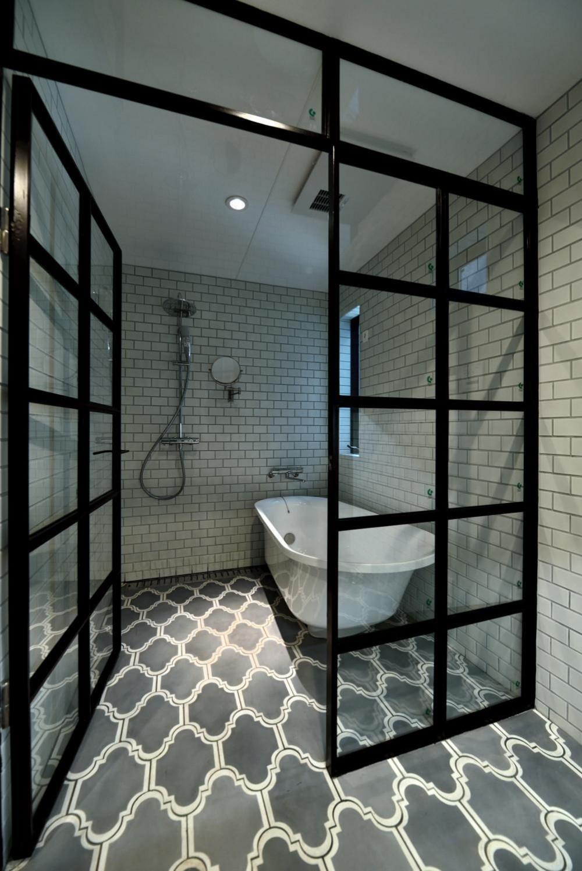 世田谷区N様邸 輸入タイルや3種類の床材など素材を楽しむ家 (ホテルライクなバスルーム)