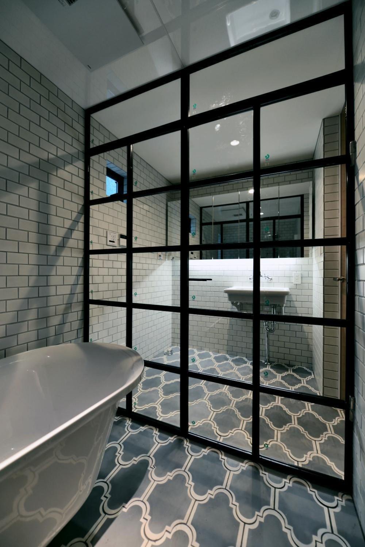 世田谷区N様邸 輸入タイルや3種類の床材など素材を楽しむ家 (バスタブとアイアン扉)