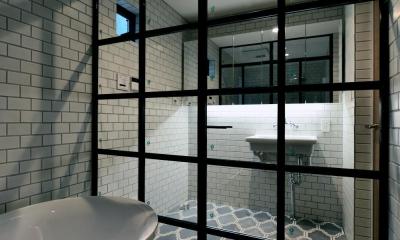 バスタブとアイアン扉|世田谷区N様邸 輸入タイルや3種類の床材など素材を楽しむ家