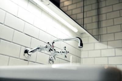 タイルと実験用シンク水栓 (世田谷区N様邸 輸入タイルや3種類の床材など素材を楽しむ家)