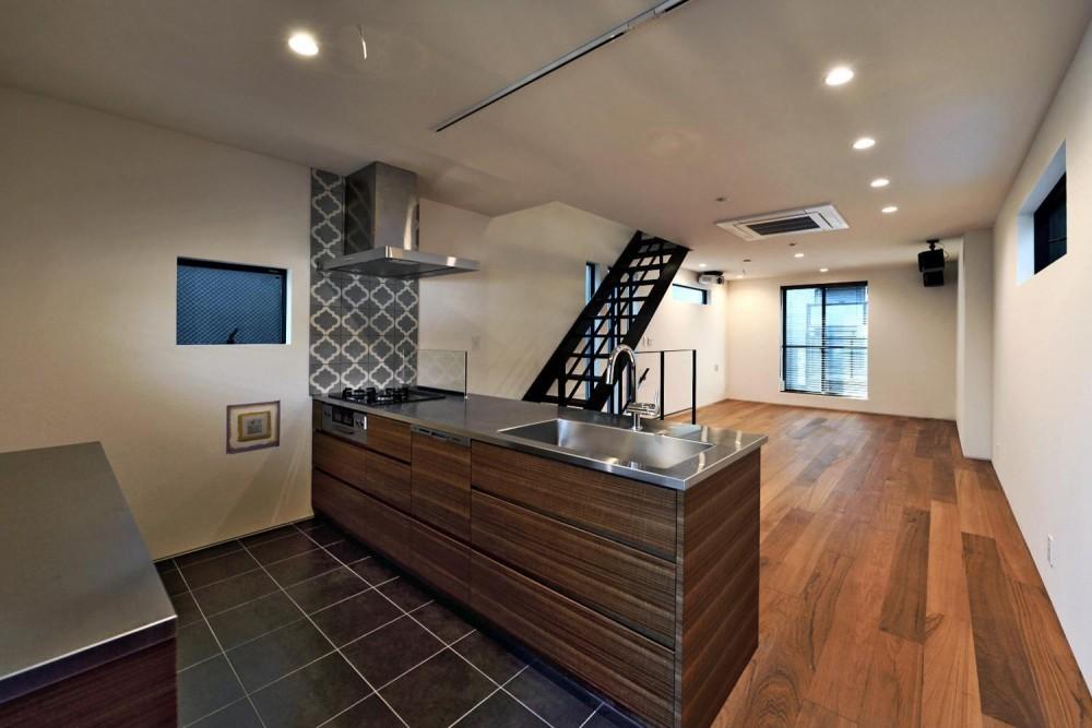 世田谷区N様邸 輸入タイルや3種類の床材など素材を楽しむ家 (2F:キッチンから眺めるLDK)