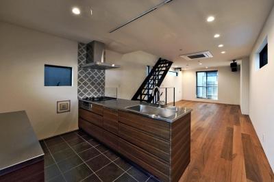 2F:キッチンから眺めるLDK (世田谷区N様邸 輸入タイルや3種類の床材など素材を楽しむ家)