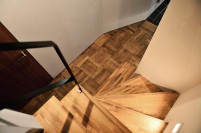 世田谷区N様邸 輸入タイルや3種類の床材など素材を楽しむ家 (スクールパケットの床)