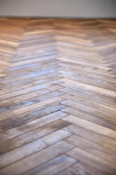 3F:ヘリンボーンの床 (世田谷区N様邸 輸入タイルや3種類の床材など素材を楽しむ家)
